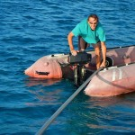 Lorenz helps us with his dinghy and pulls the forestay to the front of the boat.