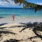 Der Skipper wirft einen aeusserst kritischebn Blick auf den Strand an der Westseite