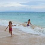 Endloser Spass beim Spiel in den Wellen