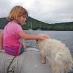 Viola mit Echo, dem Bordhund der SY Elhaz