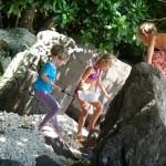 Die Kinder klettern Stundenlang ueber die Steine am Ufer