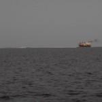 Ein schmutziger Frachter in der Riffpassage